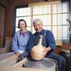 陶芸をする老夫婦