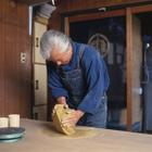 陶芸をする中高年男性