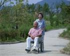 車椅子の老夫婦