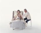 介護ベッドの老夫婦