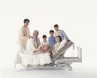 介護ベッドの三世代家族