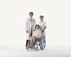 医師と看護士と車椅子の中高年女性
