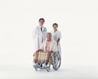 医師と看護士と車椅子の中高年男性