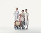 医師と看護士と車椅子の老夫婦
