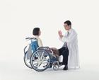 医師と車椅子の中高年女性
