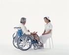 看護士と車椅子の中高年男性