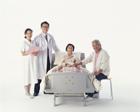 医師と看護士とベッドの老夫婦