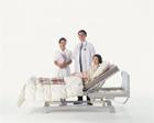 医師と看護士とベッドの中高年女性