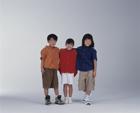 肩を組む3人の子供