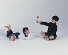 けん玉で遊ぶ子供