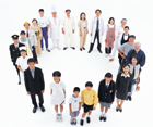 輪になる俯瞰の日本の人々