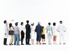 1列に並び後姿の日本人の人々