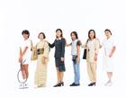 肩に手を置く日本人女性の人々