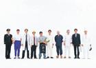 1列に並ぶ日本人男性の人々