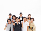 ピースサインの日本人の人々