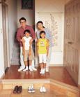 玄関内の家族