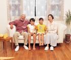ソファに座る祖父母と孫