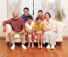 ソファに座る三世代家族