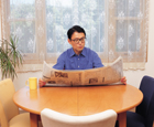 新聞を読む男性