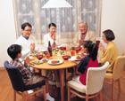 食事をする三世代家族