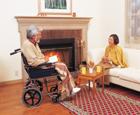 暖炉前の車椅子の老夫婦