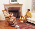 暖炉前の老夫婦