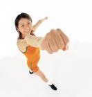 握りこぶしを出すスポーツウェアの女性