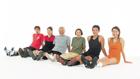 足を伸ばして座るスポーツの人々