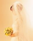 ウェディングドレスの女性