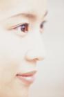 女性の顔のアップ  横顔