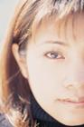 女性の顔半分