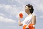 ダンベル体操をする女性