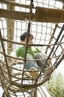 アスレチックで遊ぶ男の子