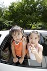 車に乗っている女の子