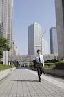 ビル街を歩くビジネスマン