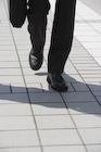 歩いているビジネスマン