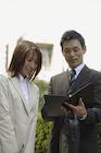 ファイルを見るビジネスマンとビジネスウーマン