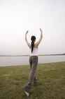 屋外でヨガをする日本人女性