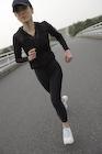 ランニングをする日本人女性