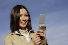 携帯電話を見る日本人女性