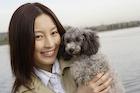 犬を抱いている日本人女性