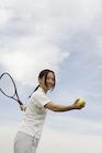 テニスをしている日本人女性