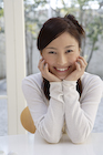 テーブルに頬杖をついている日本人女性