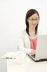 ノートパソコンに向かう日本人女性