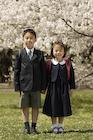 桜とランドセルを背負った男の子と女の子