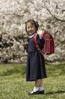 桜とランドセルを背負った女の子