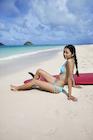 砂浜に座る日本人女性