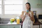 キッチンでくつろぐ日本人女性