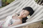 ハンモックで寝る日本人女性