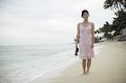 海辺に立つ日本人女性
